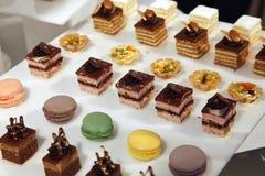 Desserts et pâtisserie servis sur une noce Images libres de droits