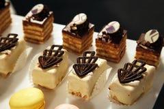 Desserts et pâtisserie servis sur une noce Photos libres de droits