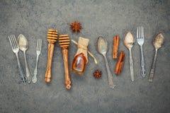 Desserts fond et conception de menu Ustensiles en métal, dippe de miel Photos stock