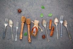 Desserts fond et conception de menu Ustensiles en métal, dippe de miel Images stock