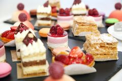 desserts met vruchten, mousse, koekjes Stock Fotografie