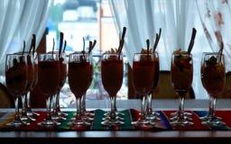Desserts van room, bessen en physalis in de lange wijnglazen worden gemaakt dat royalty-vrije stock afbeelding