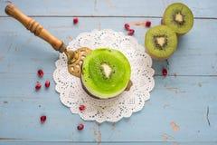 Dessertsoufflé met kiwi op een blauwe houten achtergrond Stock Foto's