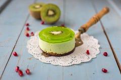 Dessertsoufflé met kiwi op een houten achtergrond Stock Afbeeldingen