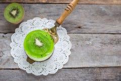 Dessertsoufflé met kiwi op een houten achtergrond Stock Foto