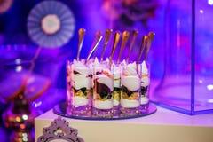 Dessertsroom met bes bij geschotene glazen op een rij Stock Afbeelding