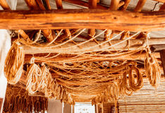Dessiccateur antique avec beaucoup de cordes pendant des faisceaux en bois image stock