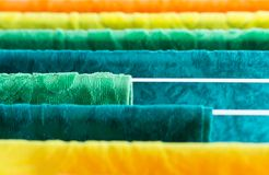 Dessiccateur de vêtements avec des serviettes au soleil images stock