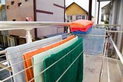 Dessiccateur de vêtements avec des serviettes sur le balcon photo stock