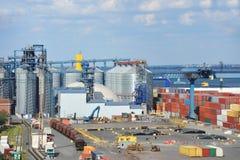 Dessiccateur et train de grain de port photographie stock libre de droits