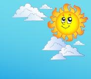 Dessin animé Sun avec des nuages sur le ciel bleu Images stock