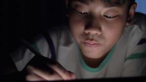 Dessin asiatique mignon de main d'enfant sur l'écran de la tablette avec le crayon de stylet banque de vidéos