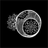 Dessin avec la lune - un mandala avec des mod?les et des fleurs Craie sur un tableau noir illustration libre de droits