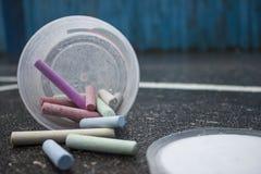 Dessin avec les crayons colorés par asphalte de craies Photographie stock