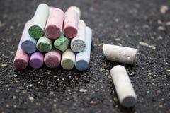 Dessin avec les crayons colorés par asphalte de craies Images libres de droits