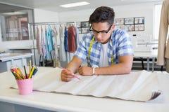 Dessin concentré d'étudiant universitaire sur le papier Image stock