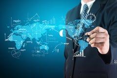 Dessin créatif d'homme d'affaires sur le diagramme et les graphiques de carte du monde Image stock