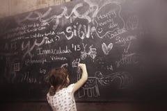 Dessin d'écolière sur un tableau noir Photos stock