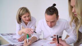 Dessin d'architecture sur le projet architectural, concept de travail d'équipe Fin vers le haut banque de vidéos