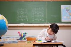Dessin d'écolière sur livre de coloriage Images stock