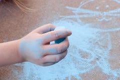 Dessin d'enfant avec la craie bleue Photographie stock libre de droits