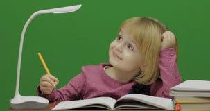 Dessin d'enfant ? la table Processus d'?ducation dans la salle de classe Plan rapproch? images stock