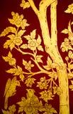 Dessin d'or thaïlandais à l'arrière-plan rouge Image stock