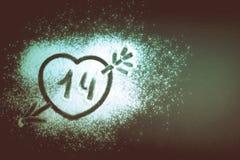 Dessin d'un coeur avec une flèche sur la farine teinté Photos libres de droits