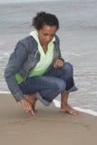 Dessin d'un coeur dans le sable Images stock