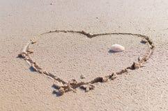 Dessin d'un coeur sur la plage photo stock
