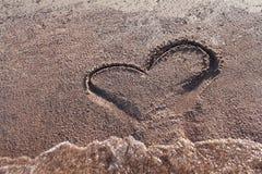 Dessin d'un coeur sur la plage Image stock