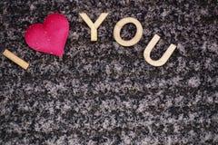 Dessin d'un coeur sur le neigeux Jour du `s de Valentine Coeur de rose dans la neige avec les lettres douces Jour du `s de Valent photos stock