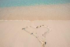 Dessin d'un coeur sur le rivage de la plage Photo libre de droits