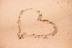 Dessin d'un coeur sur un à sable jaune à un beau fond de paysage marin Photo libre de droits