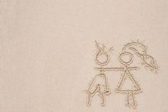 Dessin dans le sable dépeignant l'amour de l'homme et de la femme Photos libres de droits