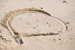 Dessin dans le sable sur la plage Photos stock