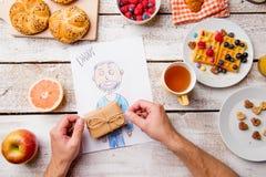 Dessin de Childs de son papa Jour de pères Repas de petit déjeuner Photographie stock libre de droits