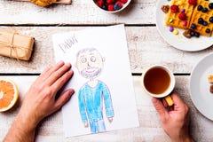 Dessin de Childs de son papa Jour de pères Repas de petit déjeuner Photos stock