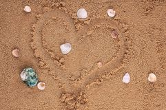 Dessin de coeur dans le sable Photo stock