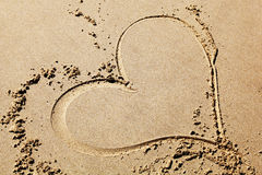 Dessin de coeur sur la plage Photos stock
