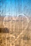 Dessin de coeur sur le vieux verre Image stock