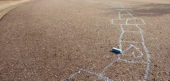Dessin de craie bleu sur la surface d'asphalte Photo libre de droits