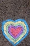 Dessin de craie : coeurs colorés sur l'asphalte Image stock