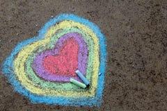 Dessin de craie : coeurs colorés sur l'asphalte Photographie stock