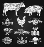 Dessin de craie d'emblèmes et de logos de BBQ illustration stock