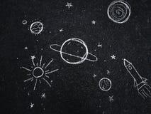 Dessin de craie L'espace, planètes et étoiles peints par le ` s d'enfants illustration stock
