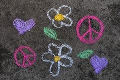 Dessin de craie : Symbole de paix rose et belles fleurs photographie stock