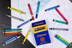 Dessin de crayon d'un enfant/griffonnages avec les crayons génériques et morceaux déchirés de label de dépouiller le label photo libre de droits