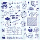 Dessin de dessin à main levée des fournitures scolaires dans le carnet illustration libre de droits