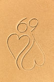 Dessin de deux coeurs sur le sable Photo stock